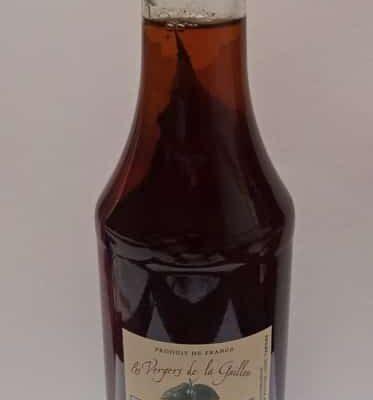 Vinaigre de vin rouge avec un macérât de noix vertes
